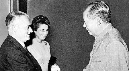 L'ambassadeur de France salue Mao Zedong